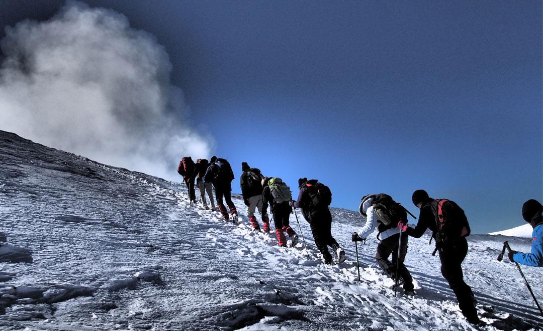 Trekking in Sicilia. Escursionisti sull'Etna