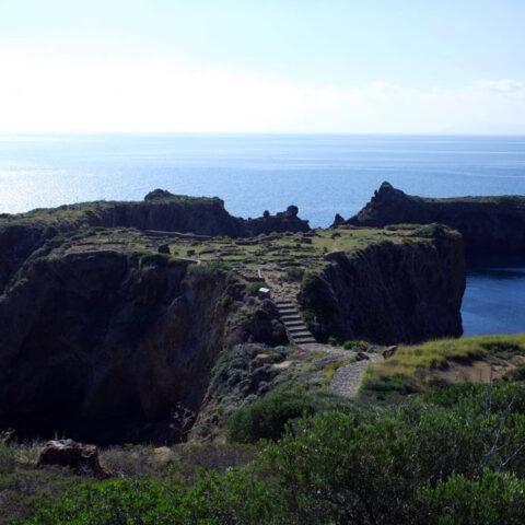 Trekking Isole Eolie. Il Villaggio Preistorico di Cala Junco a Panarea