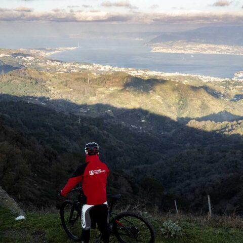 Escursione Mountain Bike Peloritani vista sullo stretto di messina