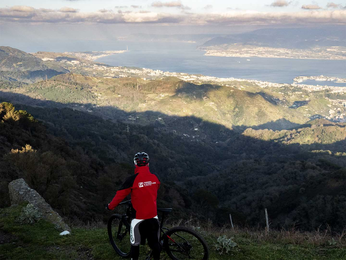Escursione Mountain Bike Peloritani vista sullo stretto di messina